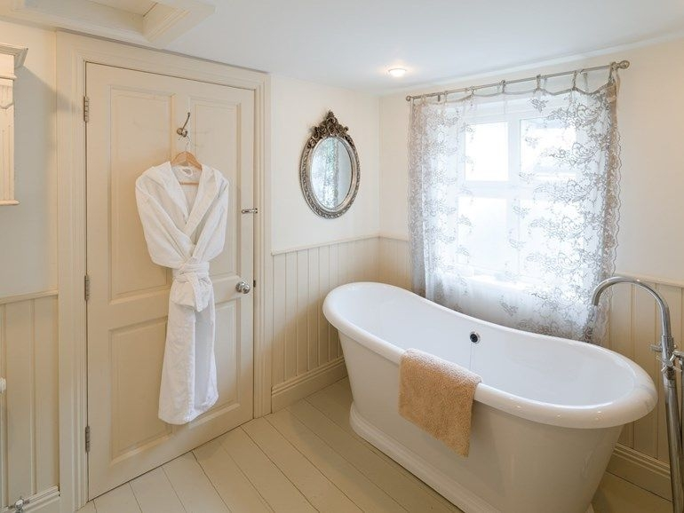 Bathroom With Slipper Bath To Soak In At Glenlusk Lodge Wwwsheepskinlife Holidaycottage