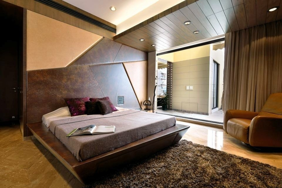 Classy Bed Room Furnished With Luxurious Bed The Bed Having Dark Wooden Tilted Surfaces With In